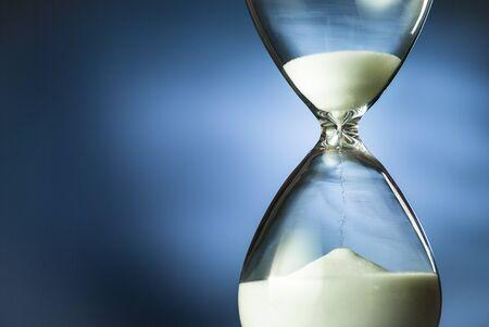 Photo pour Sand running through an hourglass or egg timer - image libre de droit