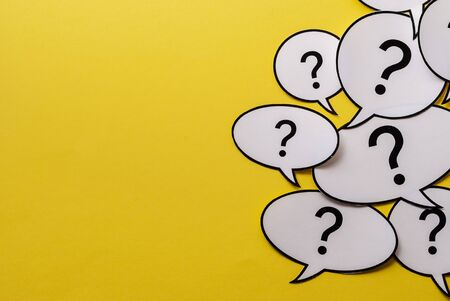 Photo pour Multiple question marks in speech bubbles forming side border o a bright yellow background with copy space - image libre de droit