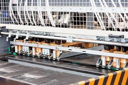 Photo pour Production of wooden pallets on a modern automatic line for woodworking. - image libre de droit