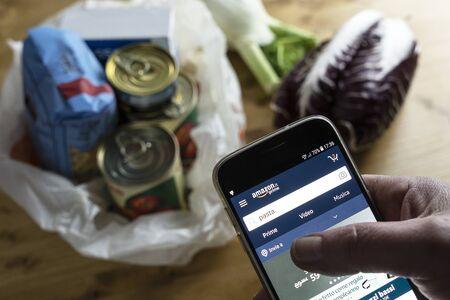 Foto de Grocery shopping online using the  Amazon App during the Italian medical quarantine - Imagen libre de derechos