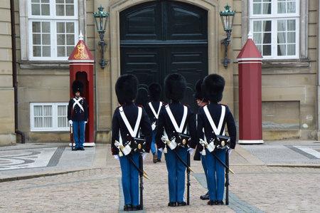 Foto de COPENHAGEN, DENMARK - MAY 31, 2017: Royal Guards during the ceremony of changing the guards at Amalienborg Castle on May 31, 2017 in Copenhagen, Denmark - Imagen libre de derechos