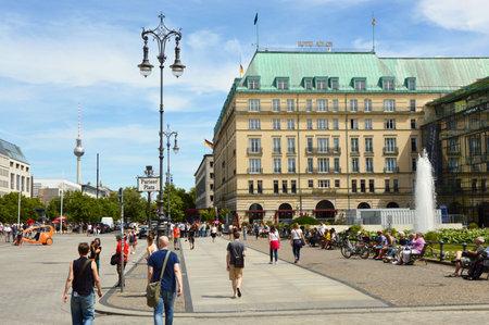Foto de Tourists walking in Pariser Platz Berlin, Germany - Imagen libre de derechos