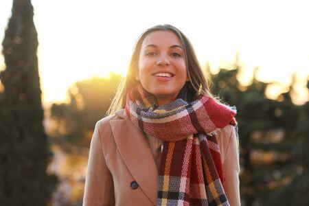 Photo pour Smiling winter woman outdoors at sunset - image libre de droit