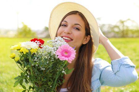 Photo pour Spring time. Teenager girl holds flower bouquet outdoor. - image libre de droit
