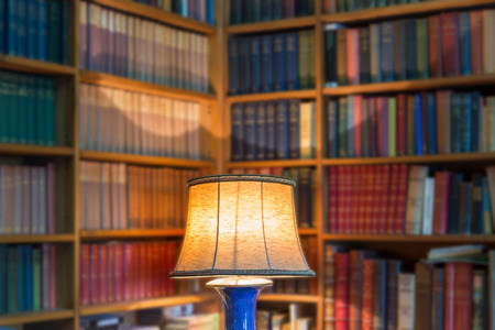 Photo pour Angle library of old books and knowledge. The lamp shade in the foreground. - image libre de droit