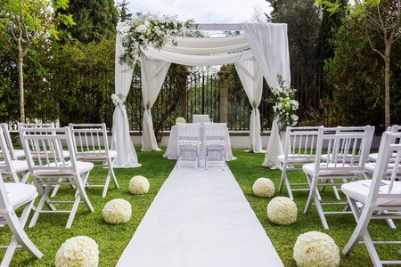 Foto de Wedding path and decorations for newlyweds. In Nature in the garden. - Imagen libre de derechos