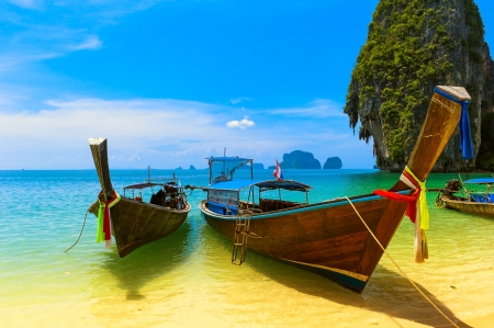 Foto de Travel landscape, beach with blue water and sky at summer  Thailand nature beautiful island and traditional wooden boat  Scenery tropical paradise resort  - Imagen libre de derechos