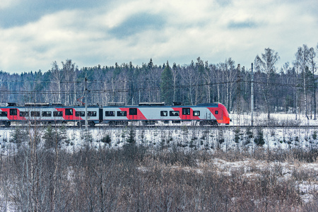 Photo pour Modern high-speed train approaches to the station at winter morning time. - image libre de droit