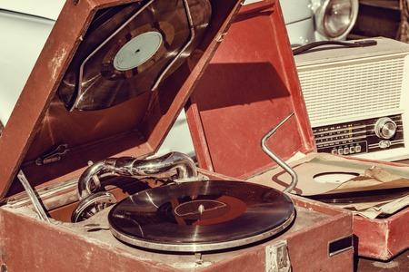 Photo pour Vintage vinyl record player by the retro car. - image libre de droit
