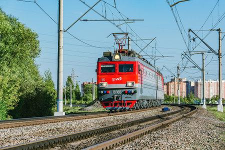 Photo pour Freight locomotive approaches to the station at evening time. - image libre de droit