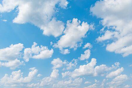 Photo pour Amazing cloudscape on the sky at day time. - image libre de droit