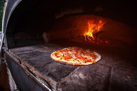 Photo pour Pizza in the oven - image libre de droit