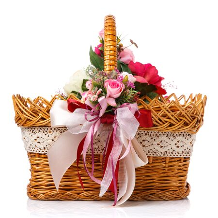 Photo pour Very beautiful original brown wicker basket decorated with pink roses and pink ribbons. Close up - image libre de droit