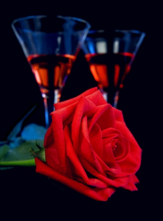 Photo pour Gentle red rose and liquor in a glasses on a black background - image libre de droit