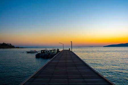 Photo pour Colorful sunrise seascape rocky shore at Khao Laem Ya Thai marine national park. Rayong, Thailand. - image libre de droit