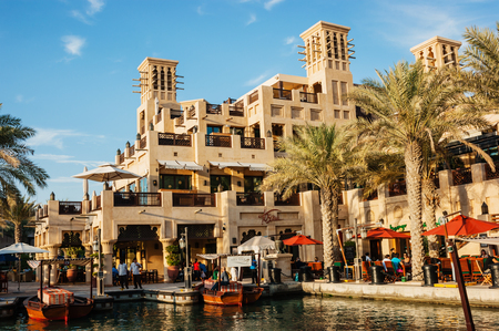 Photo pour DUBAI, UAE - NOVEMBER 15: Views of Madinat Jumeirah hotel, on November 15, 2012, Dubai, UAE. Madinat Jumeirah - luxury 5 star hotel with own artificial canals and boats. - image libre de droit