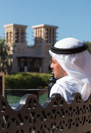 Photo pour DUBAI, UAE - NOVEMBER 7, 2013: Man in Arab dress in Madinat Jumeirah hotel - image libre de droit