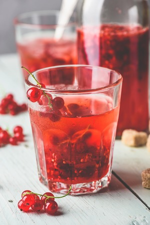 Photo pour Infused water with fresh red currant and cane sugar - image libre de droit
