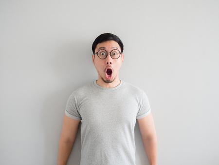 Photo pour Amazing and shocked face of Asian man with eyeglasses. - image libre de droit