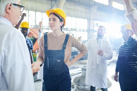 Photo pour Female Worker Talking to Boss - image libre de droit