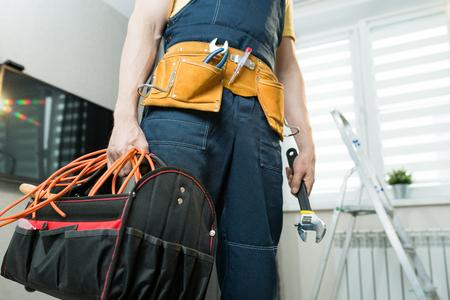 Photo pour Handyman with bag of work tools - image libre de droit