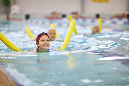 Photo pour Little girl with swimming noodle - image libre de droit