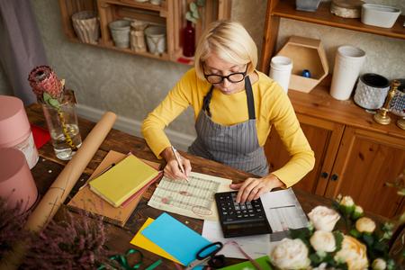 Photo pour Mature Woman Accounting - image libre de droit