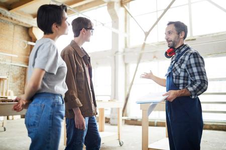 Foto de Builder presenting house project to customers - Imagen libre de derechos