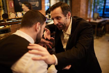 Photo pour Business People in Bar - image libre de droit