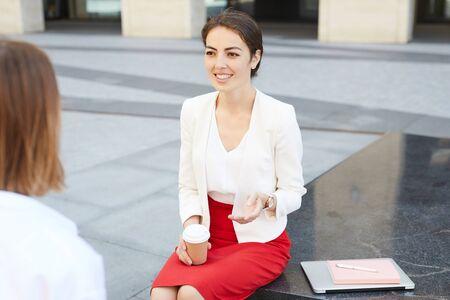 Photo pour Businesswoman Chatting with Colleague - image libre de droit