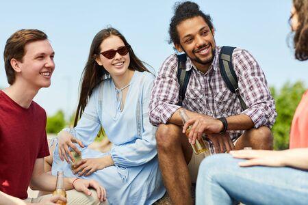 Photo pour Multi-Ethnic Group of Friends - image libre de droit