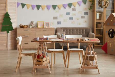 Foto de Full length background image of crafting table in empty art class in school, copy space - Imagen libre de derechos