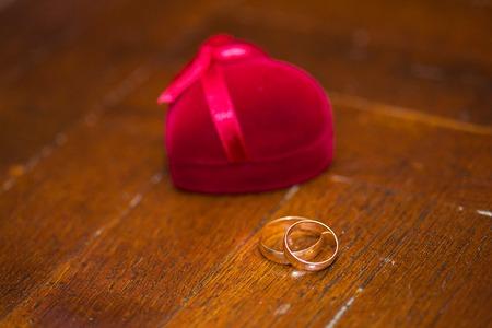Foto de Wedding rings in a beautiful red box. - Imagen libre de derechos