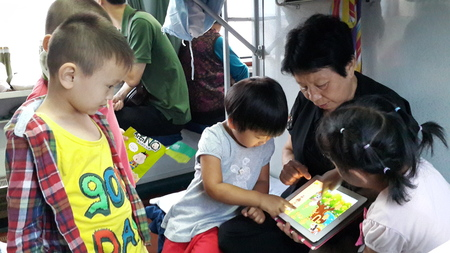 Children \'s favorite: on the train, several children set to play together, to be attracted to the tablet.