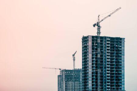 Photo pour Picture of buildings under construction with construction crane - image libre de droit
