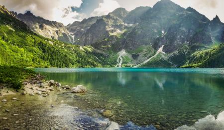 Foto de Crystal clear mountain lake and rocky mountains - Imagen libre de derechos