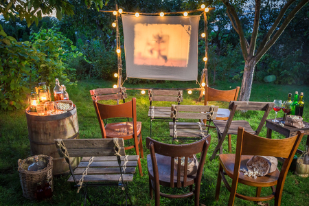 Foto de Summer cinema with retro projector in the garden - Imagen libre de derechos