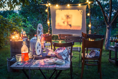 Photo pour Summer cinema with drinks and popcorn in the evening - image libre de droit