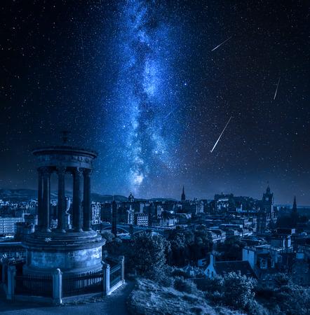 Foto de Edinburgh at night with milky way and falling stars, Scotland - Imagen libre de derechos