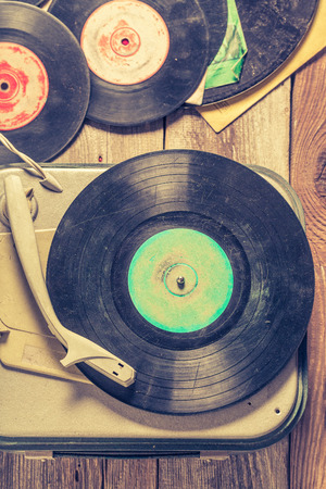 Foto de Old gramophone and few vinyl records on wooden table - Imagen libre de derechos