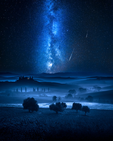 Photo pour Milky way and falling stars over valley in Italy - image libre de droit
