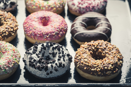 Photo pour Sweet and fresh donuts with sweet glaze - image libre de droit