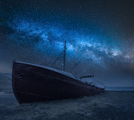 Photo pour Shipwreck on the shore and milky way in Iceland - image libre de droit