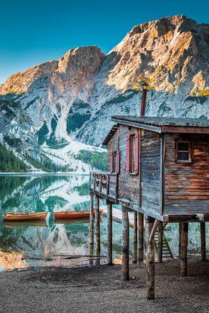 Photo pour Stunning old hut and Lago di Braies at sunrise, Dolomites - image libre de droit