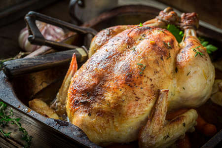 Photo pour Homemade grilled chicken with spices and vegetables, Roasted chicken with herbs. - image libre de droit