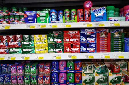 Photo pour Dubai, UAE - MAY 12, 2019: Various chocolate brands on shelf in a super market. - image libre de droit