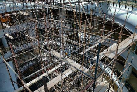 Photo pour Construction workers working on scaffolding. - image libre de droit