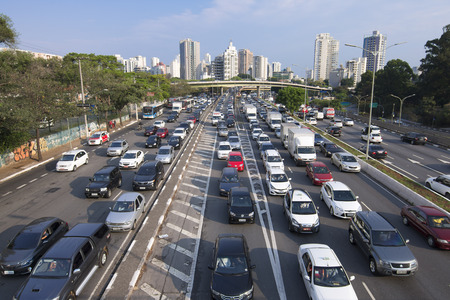 Foto de SAO PAULO, BRAZIL - SEPTEMBER 25, 2015: Commuters battle heavy traffic congestion on Avenida 23 de Maio Avenue 23 of May during afternoon rush hour in Sao Paulo, Brazil - Imagen libre de derechos