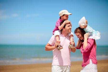 Foto de Young happy family with two kids on beach vacation - Imagen libre de derechos