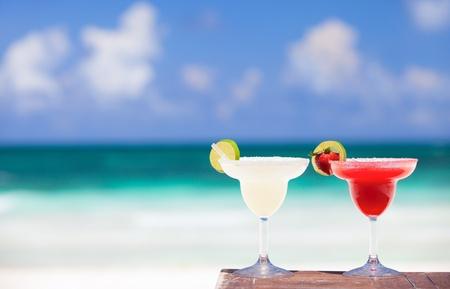 Foto de Classic and strawberry margarita cocktails at Mexican beach - Imagen libre de derechos